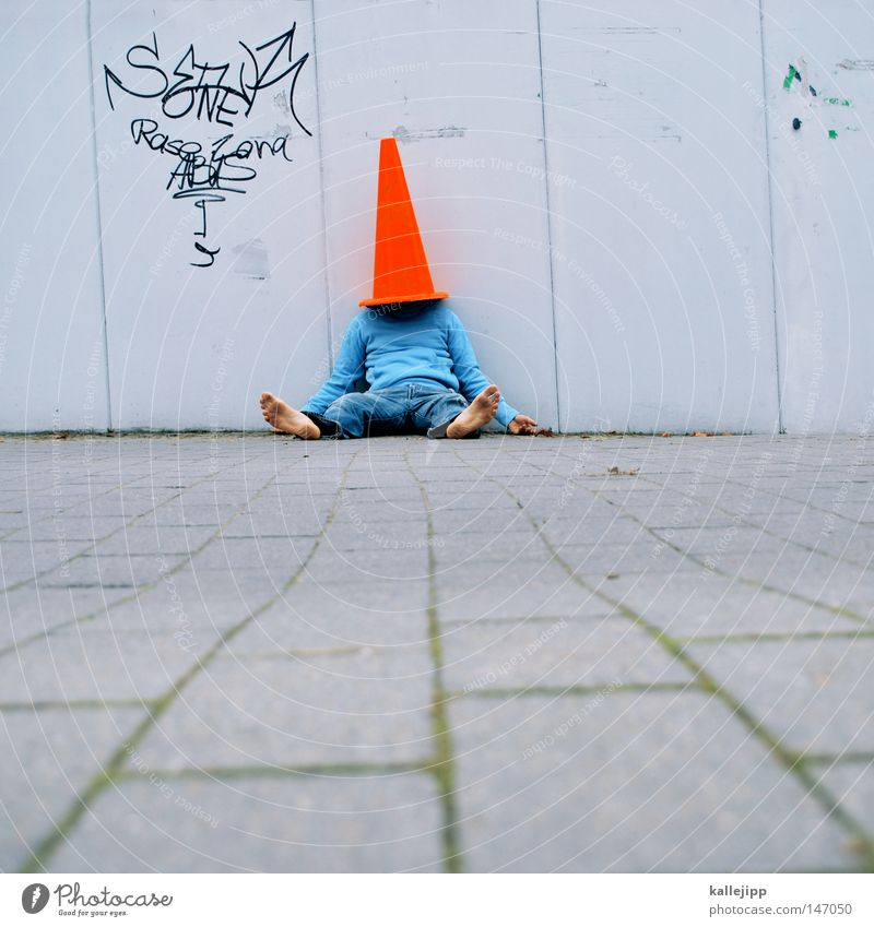 von den socken Mensch Mann Stadt blau weiß rot Freude Wand Straße Mauer Spielen Lifestyle hell Tür Verkehr Schilder & Markierungen
