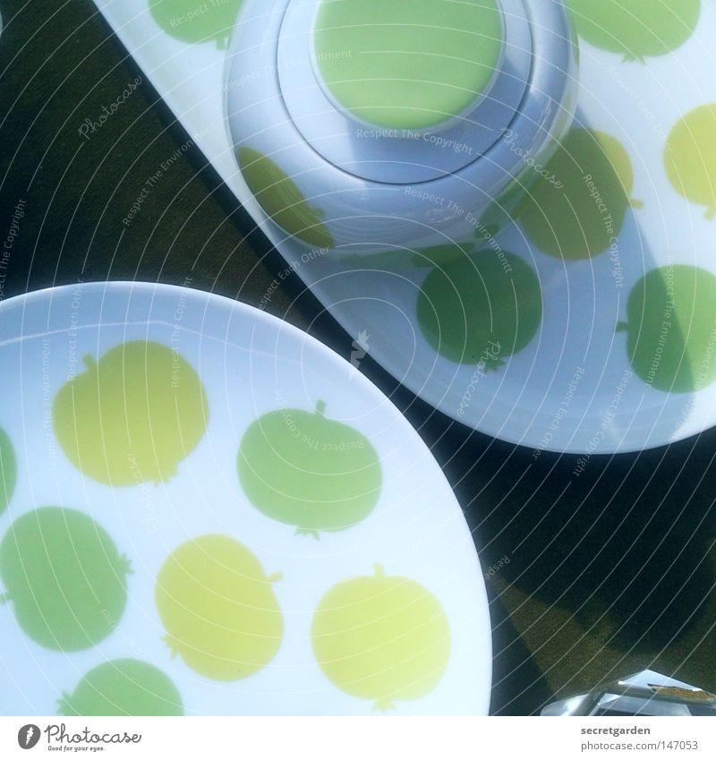 giftgrüner teller voller äpfel. grün schön Sonne Farbe kalt Ernährung Spielen Stil Kunst Frucht Wohnung Design modern Coolness Ecke Kaffee