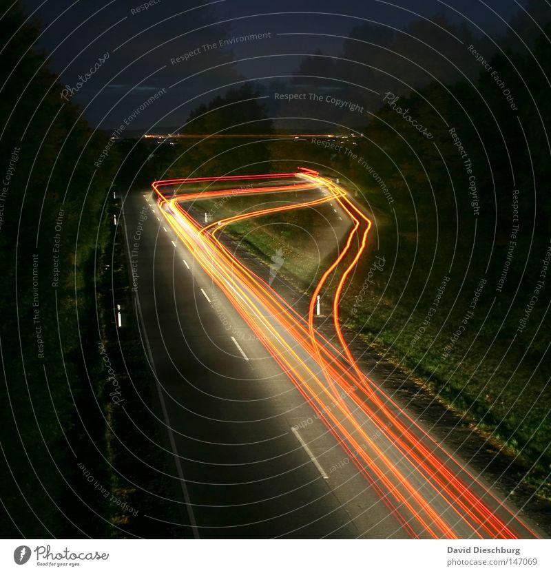Geisterfahrer Autobahn Bundesstraße mehrspurig Regen nass Objektiv rot weiß gelb Richtung Langzeitbelichtung Kurve Wegbiegung Leitplanke Reflexion & Spiegelung