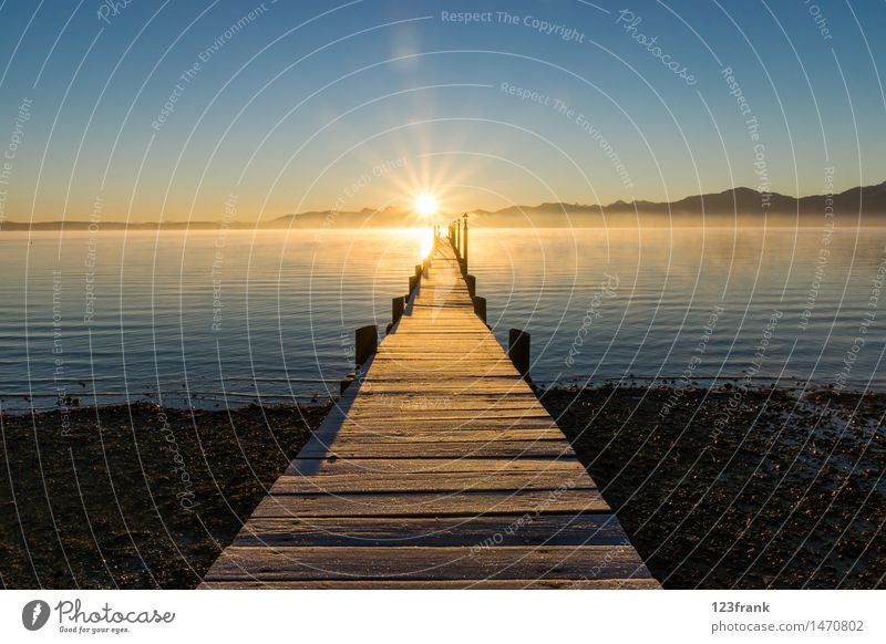 Romantischer Sonnenaufgang Erholung ruhig wandern Natur Landschaft Wasser Wolkenloser Himmel Sonnenuntergang Sonnenlicht Herbst Schönes Wetter Nebel Alpen