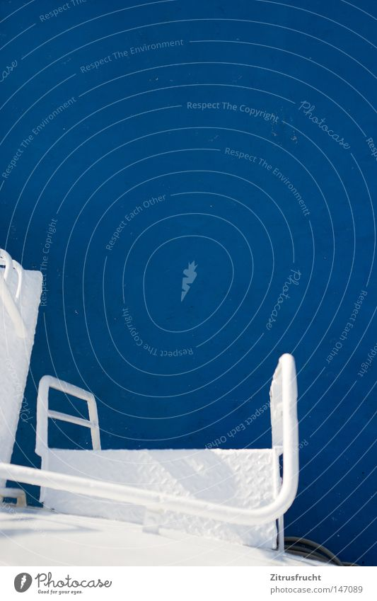 Rein ins Blaue Wasser weiß Meer blau Freude Ferien & Urlaub & Reisen Farbe kalt Arbeit & Erwerbstätigkeit Farbstoff Wasserfahrzeug laufen groß Ausflug Industrie Treppe