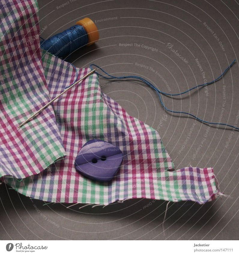 Nadel durch Faden. grün blau grau rosa violett Wissenschaften Stoff Knöpfe Nähgarn Nadel magenta mint