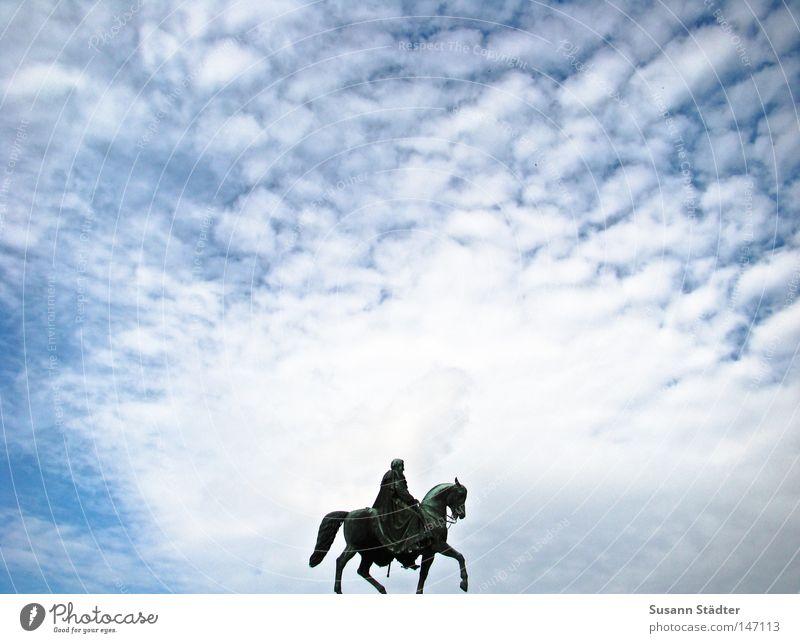 Himmelsreiter I Semperoper Dresden Theaterplatz König Altstadt Reiter Wolken Wetter Sonne blau Altokumulus floccus Kunst Kunsthandwerk Schilling Johann