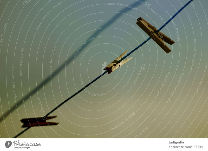 Festhalten festhalten Klammer Holz Seil Wäscheleine Himmel leer trocknen Wind Abendsonne Linie Haushalt unordentlich Farbe Handwerk