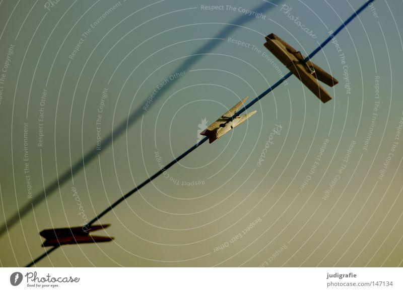 Festhalten Himmel Farbe Holz Linie Wind Seil leer festhalten Handwerk Wäsche Haushalt trocknen Wäscheleine unordentlich Klammer Abendsonne