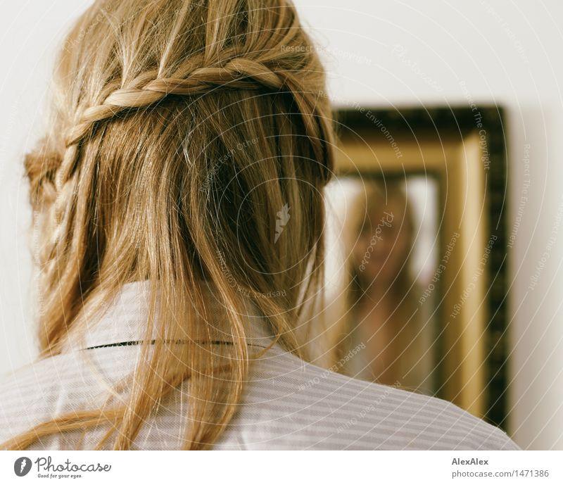zopf Körperpflege Haare & Frisuren Wohnung Junge Frau Jugendliche 18-30 Jahre Erwachsene Spiegel Spiegelbild Hemd blond langhaarig Zopf beobachten träumen