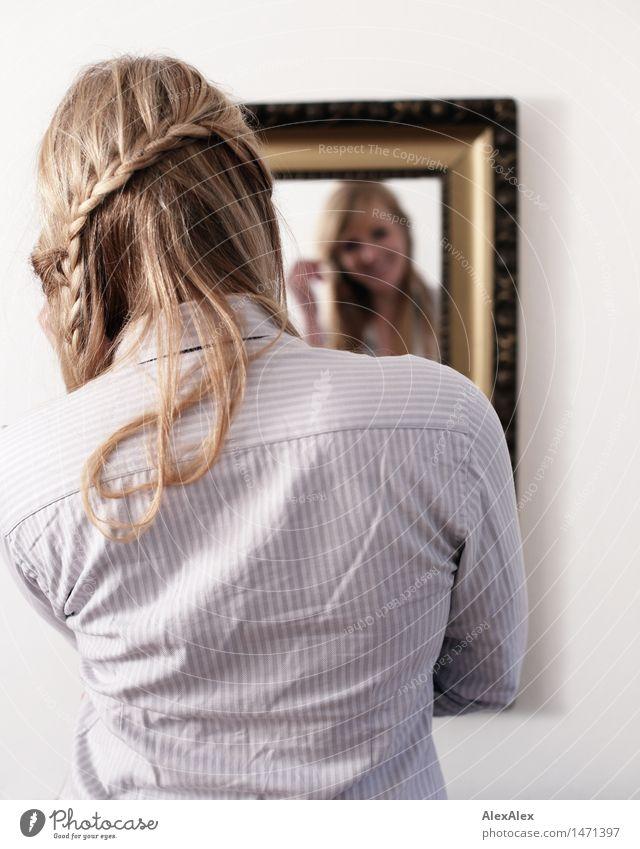 spieglein spieglein an der wand Haare & Frisuren Wohnung Spiegel Spiegelbild Junge Frau Jugendliche 18-30 Jahre Erwachsene Hemd blond langhaarig Zopf beobachten