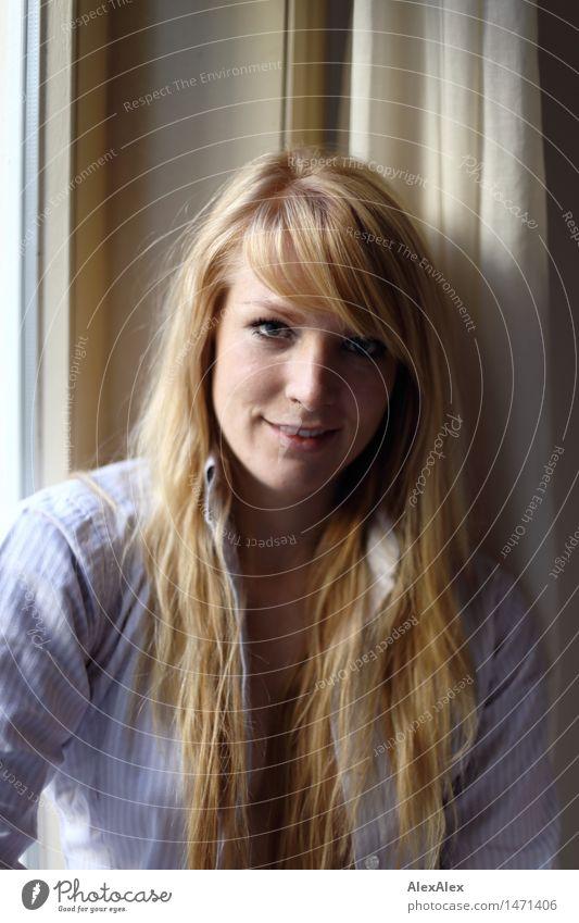 Portrait einer jungen, blonden Frau an einem Fenster schön harmonisch Wohlgefühl Wohnung Junge Frau Jugendliche Haare & Frisuren Gesicht 18-30 Jahre Erwachsene