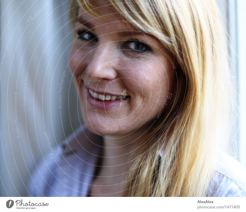 Seitliches Portrait einer schönen, sommersprossigen, blonden Frau, die in die Kamera lächelt Haut Leben Junge Frau Jugendliche Gesicht Grübchen 18-30 Jahre