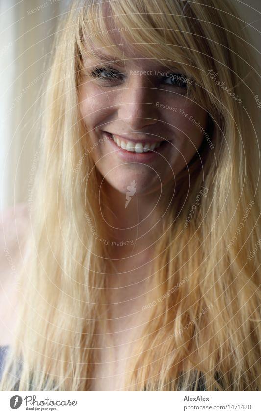 Portrait einer jungen, blonden, sommersprossigen Frau die in die Kamera lächelt schön Leben Junge Frau Jugendliche Gesicht Sommersprossen 18-30 Jahre Erwachsene