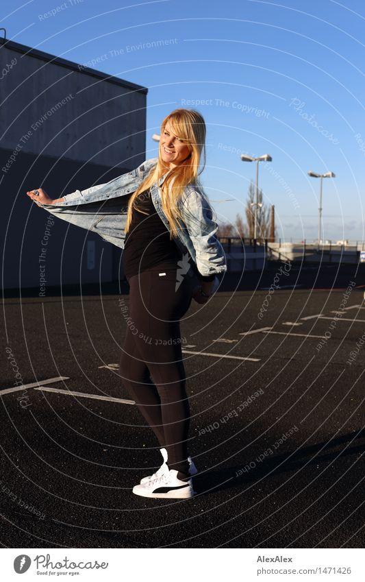alles frei Parkhaus Parkdeck Parkplatz Junge Frau Jugendliche Körper 18-30 Jahre Erwachsene Umwelt Schönes Wetter Schlucht Stadt Hemd Leggings Turnschuh blond