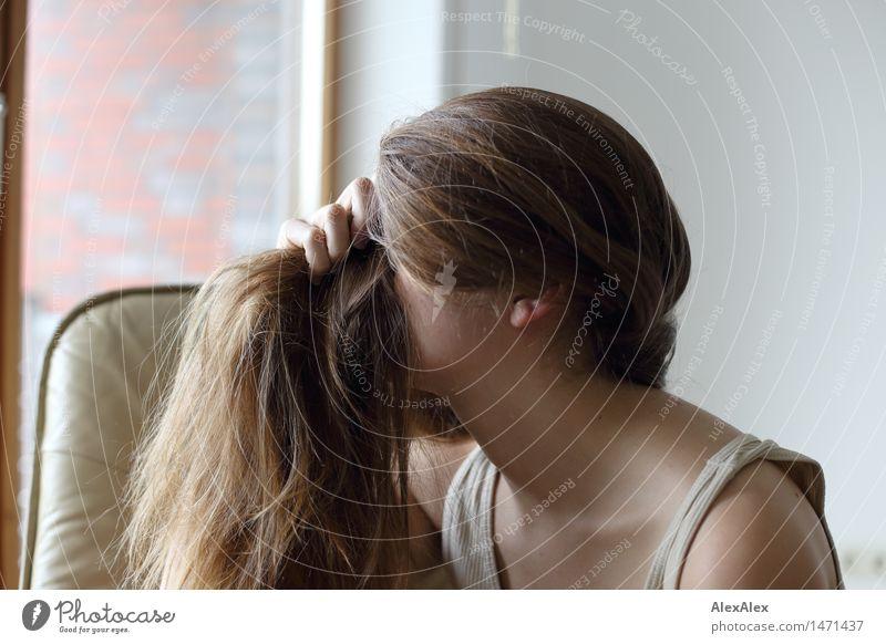 langer Pony Lifestyle schön Körperpflege Haare & Frisuren Junge Frau Jugendliche 18-30 Jahre Erwachsene Unterwäsche brünett langhaarig berühren träumen