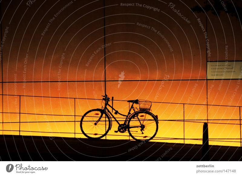 Fahrrad Haus Fahrrad Beleuchtung Deutschland Fassade Sicherheit Freizeit & Hobby Deutsche Flagge Zaun Geländer Barriere Abenddämmerung Treppengeländer Verlauf Brückengeländer Illumination