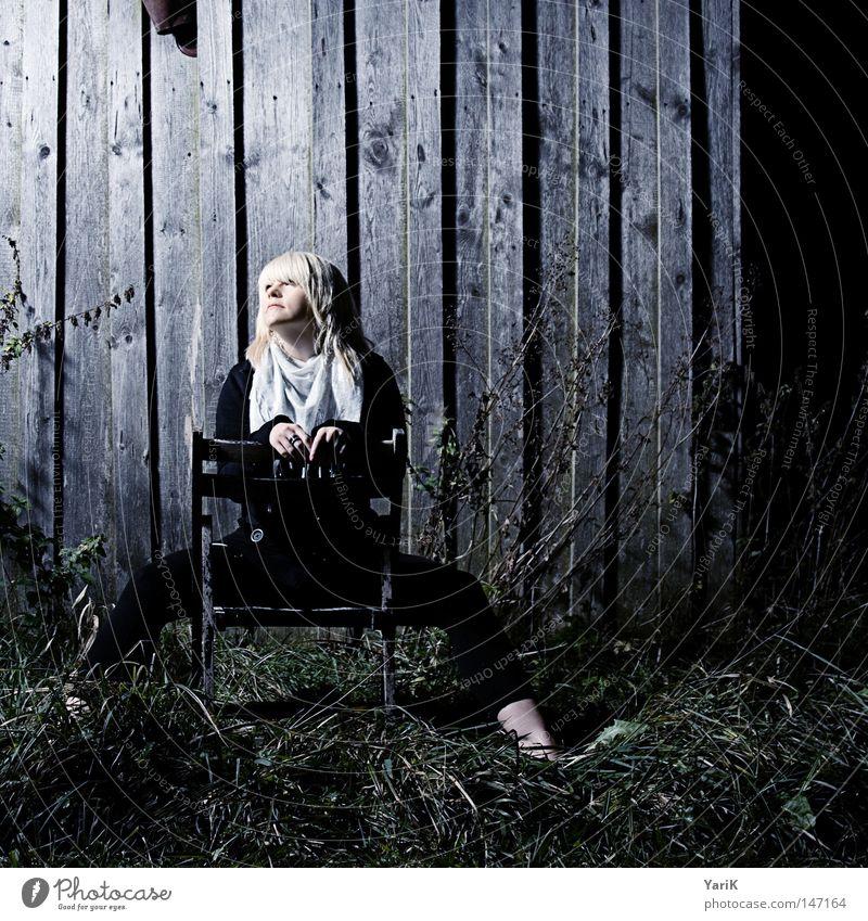 dark spot Frau Wand Mauer Scheune Holz Holzbrett kalt Nacht Abend dunkel Einsamkeit Photo-Shooting Porträt Körperhaltung Licht Bühnenbeleuchtung Blick blond