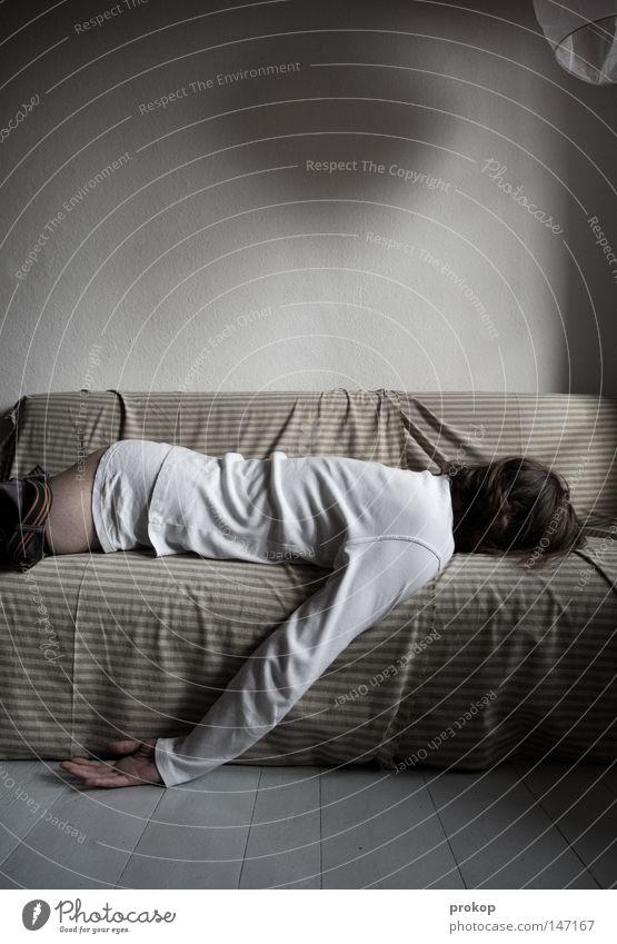 Kollateralschaden Alkohol Haare & Frisuren Rauschmittel Häusliches Leben Wohnung Sofa Raum Mann Erwachsene Hand Gesäß Hose liegen schlafen Tod Müdigkeit