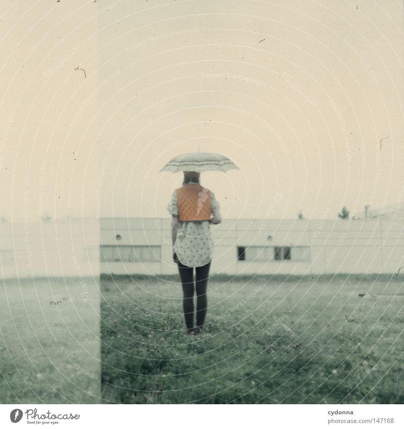 Sehnsucht Frau Mensch schön Einsamkeit Ferne Leben Wiese Gefühle Gras Stil Stimmung Zeit Rücken Horizont Mode ästhetisch