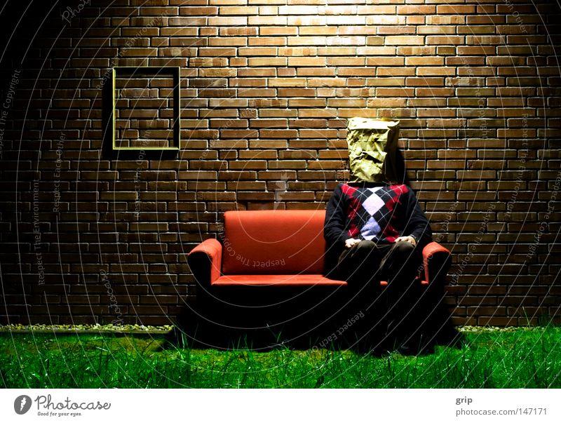 Wohnzimmer Tüte Sofa rot Bilderrahmen streben Trauer Einsamkeit Mauer Häusliches Leben verstecken fremd anonym Nacht Langeweile Spießer Wiese Backstein Pullover