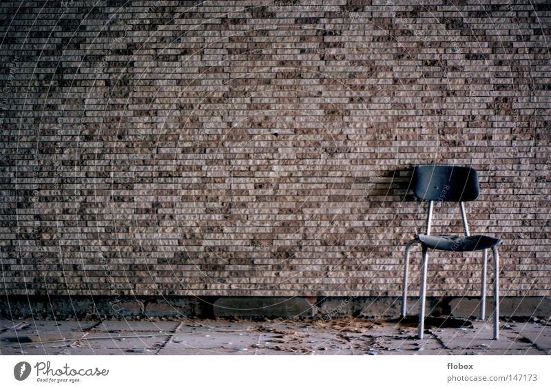 Einfachheit alt Einsamkeit Haus Gebäude Mauer braun Raum dreckig leer Beton retro kaputt Vergangenheit Stuhl verfallen Fabrik
