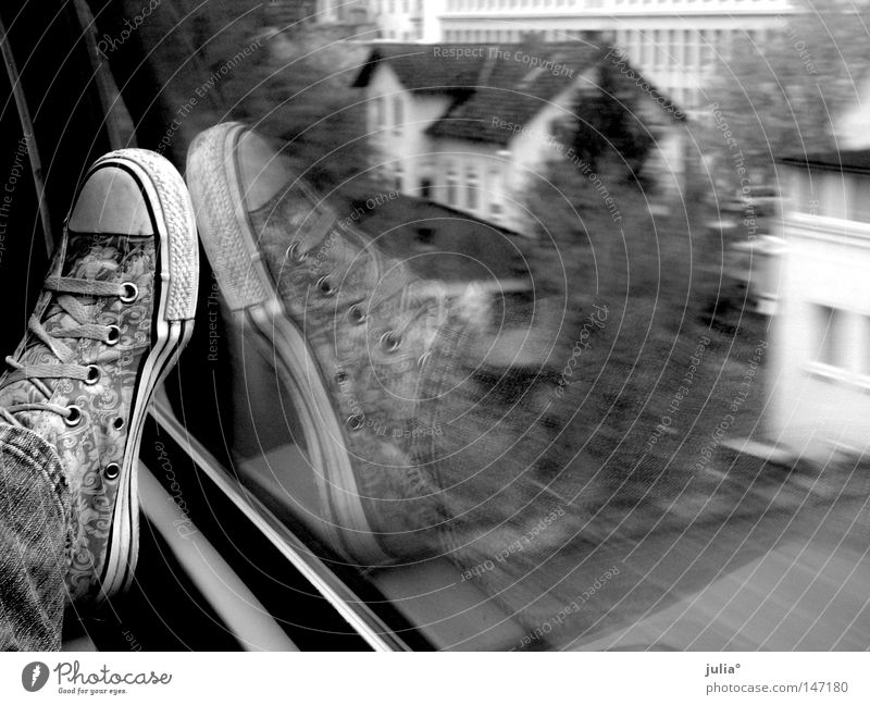 Schuh unterwegs Ferien & Urlaub & Reisen Schuhe Eisenbahn Bekleidung Geschwindigkeit Reisefotografie Chucks Turnschuh