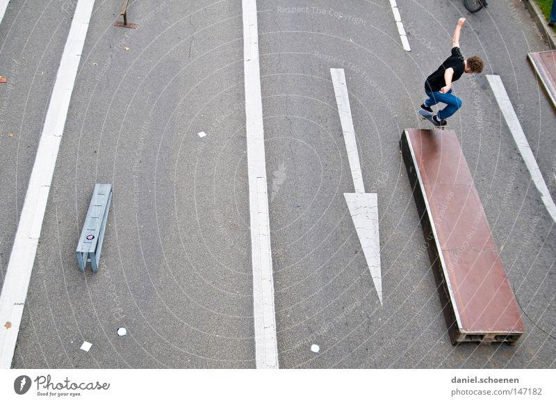 Skateboard Straße Spielen springen Perspektive Pfeil Skateboarding Skateboard Holzbrett Funsport Rampe