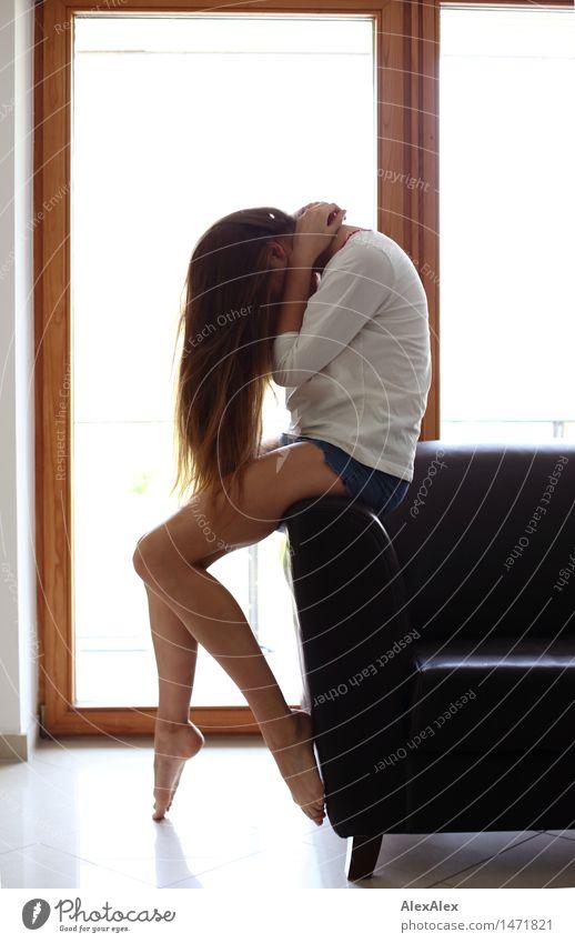 vor dem sturm Lifestyle elegant schön Körper Haare & Frisuren Erholung Wohnung Balkontür Sofa Yoga Junge Frau Jugendliche Beine Barfuß 18-30 Jahre Erwachsene