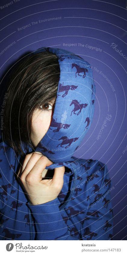 die pferdvergangenheit. Frau blau Auge braun Angst Pferd violett geheimnisvoll verstecken
