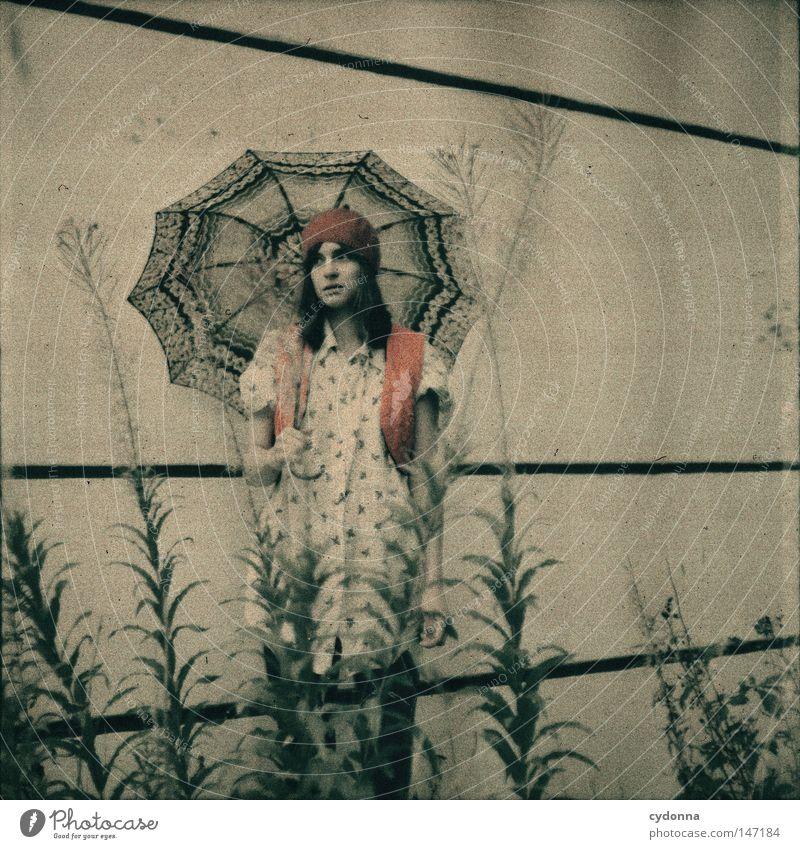Sehnsucht I analog Rollfilm Mittelformat Quadrat Fehler retro Regenschirm Romantik Nostalgie vergilbt Stil Mode Mensch Frau Bekleidung Hemd Weste Strumpfhose