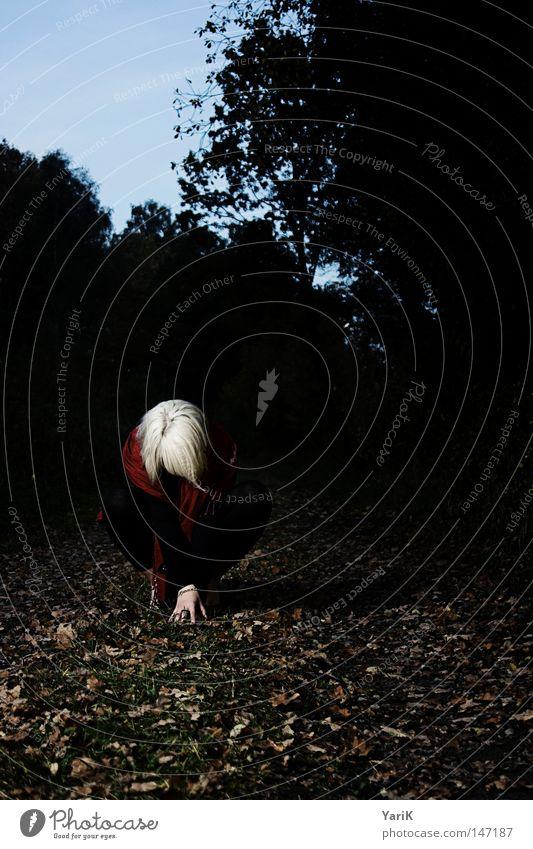 dark red II Frau Körperhaltung Blatt Herbst dunkel Schal Umhang rot schwarz weiß blond Baum Fußweg Feld Wiese Sträucher Hand Trauer Einsamkeit negativ Nacht