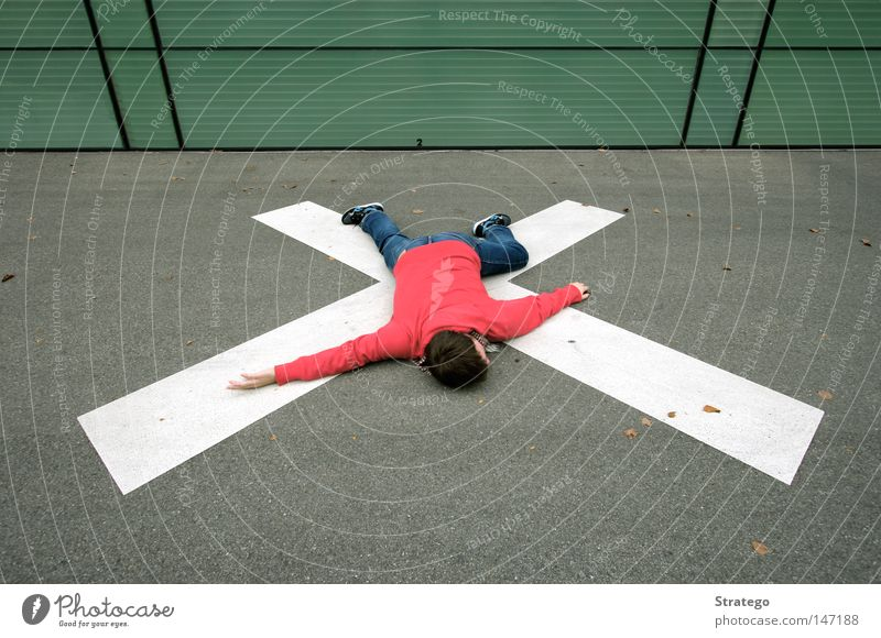 Volltreffer Bodenbelag Kreuz Ziel springen Sturz fallen Präzision Mann Mensch Pullover Halstuch Symmetrie Treffer Linie Teer liegen verrenkt Herbst