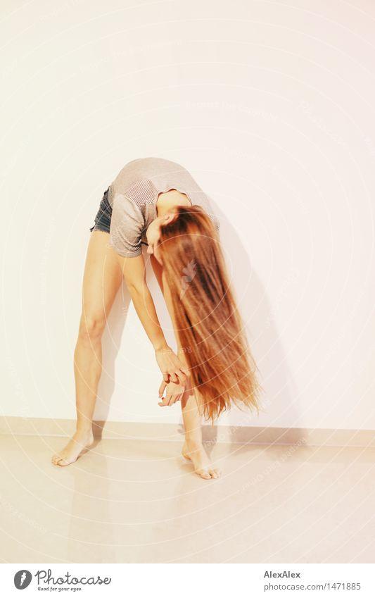 schwunghaft elegant Stil schön Haare & Frisuren sportlich Erholung Junge Frau Jugendliche Beine 18-30 Jahre Erwachsene T-Shirt Hotpants Barfuß brünett