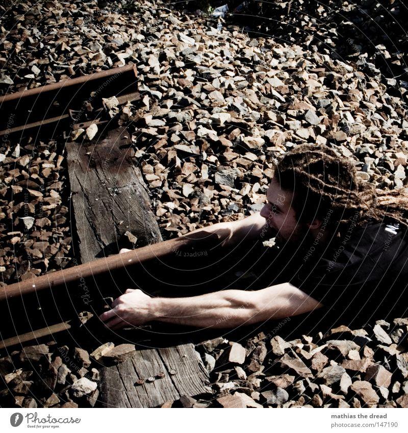 VORSICHT! EIN ZUG FÄHRT EIN Gleise Eisenbahn U-Bahn Linie S-Bahn Lokomotive Eisenbahnwaggon Stein Geröll Holz Metall schäbig außer Betrieb kaputt Ende liegen