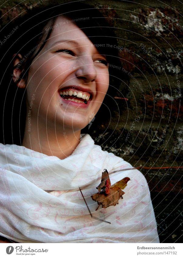 Ich lach den Herbst mal ganz klar an :) Jahreszeiten lachen Freude Blatt grün Baum Schal kalt Regen Zähne Frau Glück Geborgenheit Wand Backstein Zweige u. Äste