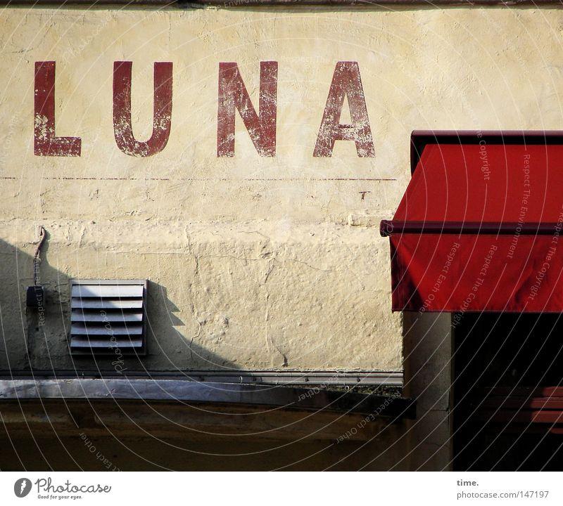 Love Ultimates Never Argue rot Haus Wand Mauer Fassade Buchstaben Gastronomie Putz Treppenabsatz Markise