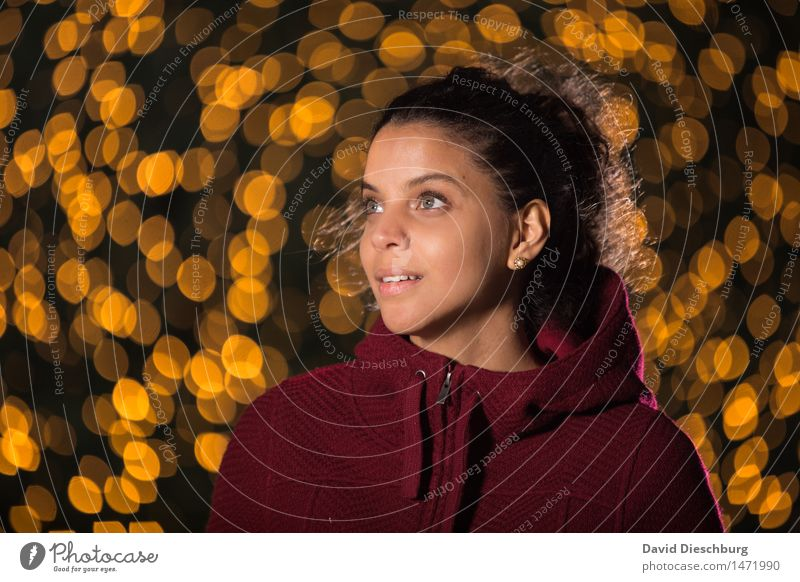 Im Lichterglanz feminin Junge Frau Jugendliche Kopf 1 Mensch 18-30 Jahre Erwachsene brünett Locken Glück Zufriedenheit Wachsamkeit geduldig ruhig