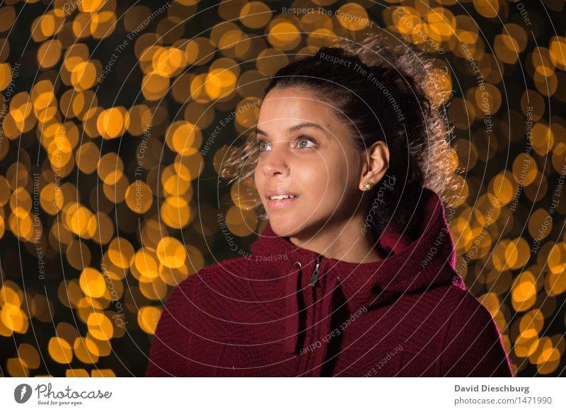Im Lichterglanz Mensch Jugendliche Weihnachten & Advent schön Junge Frau rot ruhig 18-30 Jahre dunkel Erwachsene gelb feminin Glück Kopf glänzend träumen