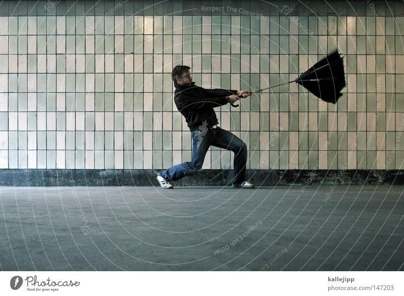 rückenwind Mensch Mann Traurigkeit Regen Wetter Wind Brücke kaputt Regenschirm Fliesen u. Kacheln Sturm Unwetter Leidenschaft Tunnel Desaster Fußgänger