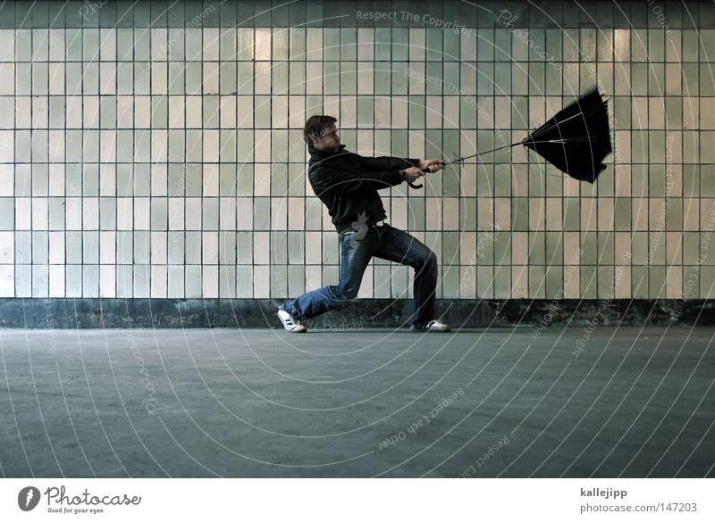 rückenwind Sturm Unwetterwarnung Wind Leidenschaft Wetter Meteorologie Wetterdienst Fußgänger Mann Mensch Regen Regenschirm Schutzdach Wetterschutz