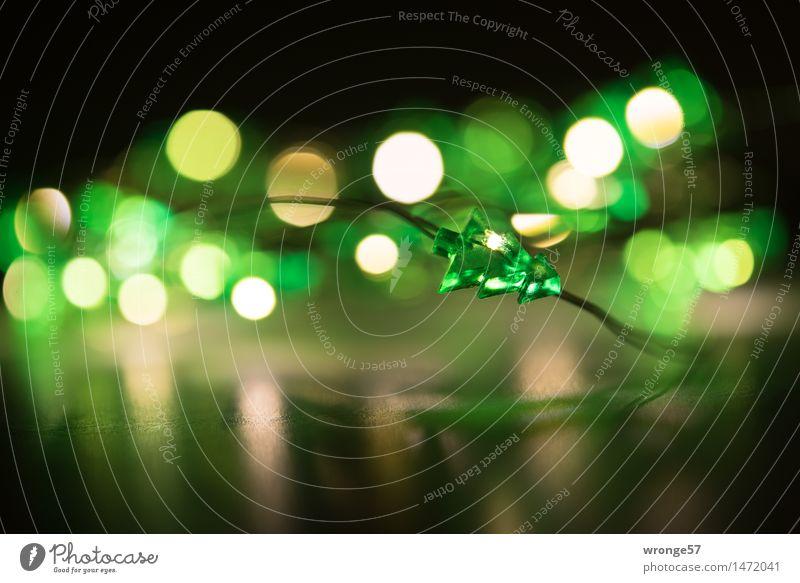 Oh Tannenbaum | made in China Weihnachten & Advent grün schön weiß schwarz gelb Beleuchtung klein Lampe Dekoration & Verzierung Kitsch Kunststoff Weihnachtsbaum