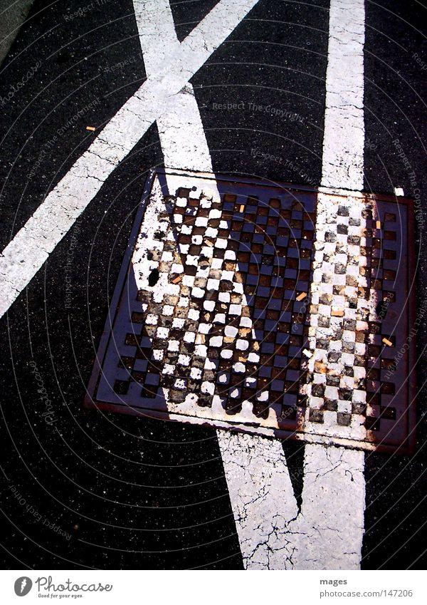 XI i Straße Bürgersteig Parkverbot Halteverbot Schilder & Markierungen Linie Schwarzweißfoto Gully versetzt Erinnerung Souvenir kariert Verbote 11 Verkehrswege
