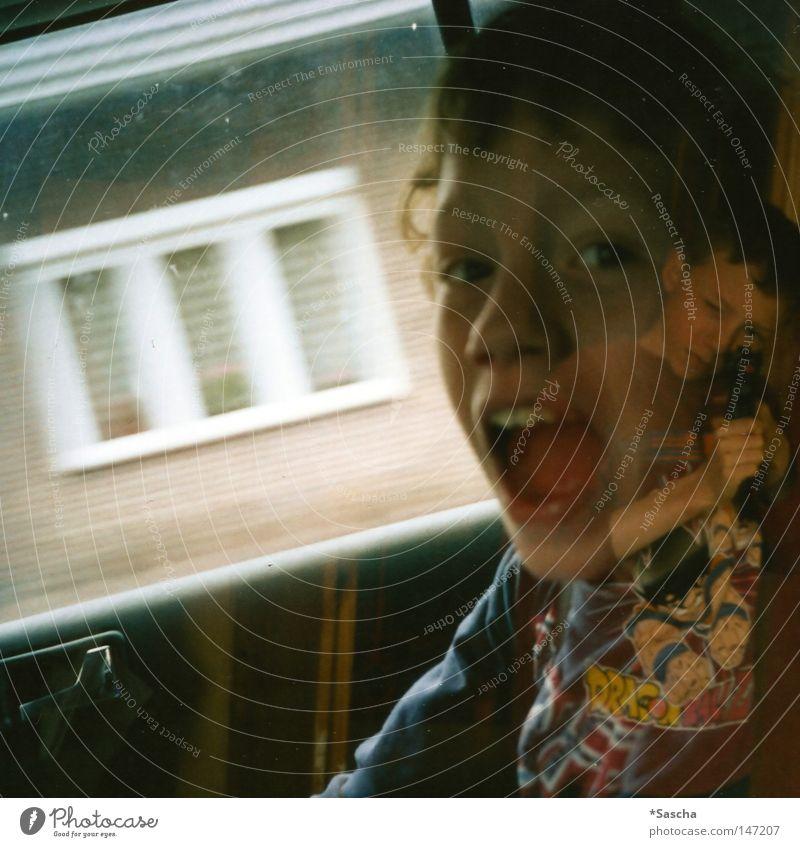 Volltreffer Doppelbelichtung Zwilling Geschwister schreien laut Schuss Kind Freude Spielen PKW Beifahrer Griff Wand Raum Innenaufnahme Haus Zufall schießen
