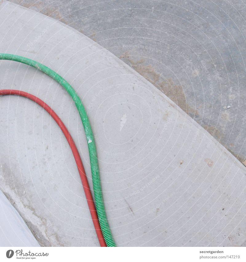 geschlaucht Wasser grün rot Haus Gebäude Arbeit & Erwerbstätigkeit Zusammensein Beton modern Elektrizität Coolness Ecke Baustelle rund rein Bürgersteig