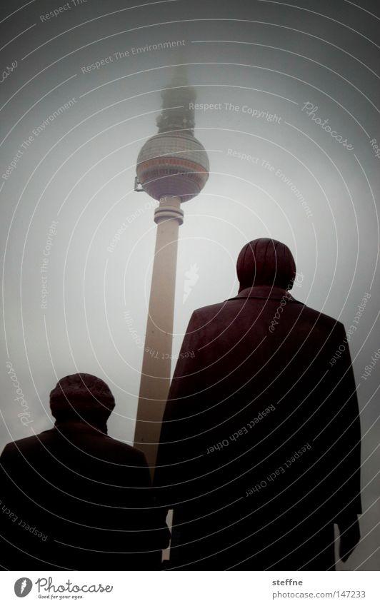 Marx und Moritz Berliner Fernsehturm Statue Wahrzeichen Tourist Kunst hoch Mann Denkmal karl marx friedrich schiller Sehenswürdigkeit friedrich engels