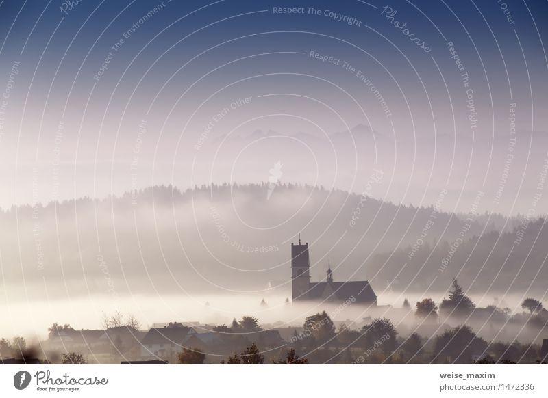 Nebeliger Morgen in der kleinen Stadt. Kirche in einem Nebel. Ferien & Urlaub & Reisen blau weiß Baum Haus Wald Berge u. Gebirge Herbst Wiese Gebäude Tourismus