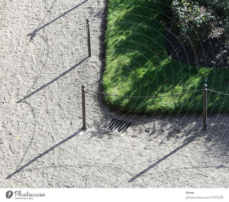 Eckensteher mit Handlangern Gras Wiese Verkehrswege Wege & Pfade Metall Sicherheit Wachsamkeit Kontrolle Verbote Kies Eisen Zaun Barriere Besitz Öffentlich