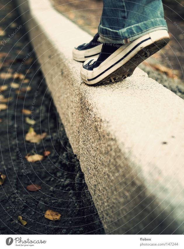 Leichtigkeit Chucks Schuhe Frau Gleichgewicht Zufriedenheit Bordsteinkante Herbst kalt Physik Blatt Park stilllegen gehen geradeaus Spaziergang Luft