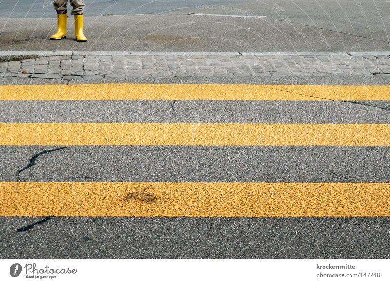 luege, lose, laufe Fußgängerübergang Schutz schutzlos Zebrastreifen gelb Asphalt Straße Verkehr Stadt gehen Überqueren betoniert Teer Streifen schmal Schuhe