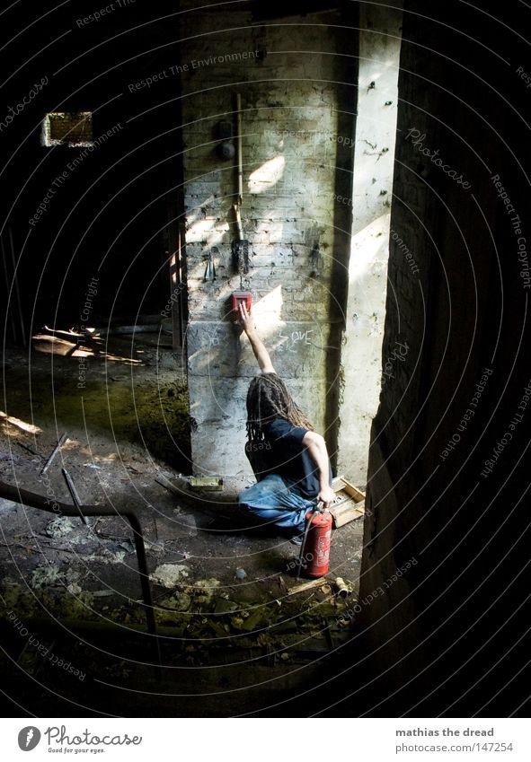 BRANDSTIFTER Keller Tür Licht hell Feuermelder rot Knöpfe drücken Brand gefährlich Physik Wärme Feuerlöscher retten löschen Brandstifter Mann Rastalocken offen