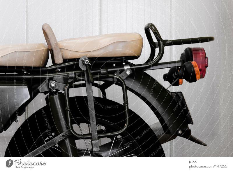 Sozius Ferien & Urlaub & Reisen weiß schwarz Straße Freiheit grau Freizeit & Hobby Verkehr Pause Sicherheit fahren Sehnsucht Motorrad parken Lust Leder