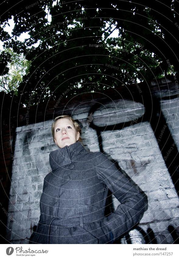 CHROME II Frau Winter schwarz Einsamkeit Farbe Herbst Straße dunkel kalt Schnee Wand Graffiti grau Bewegung Wärme