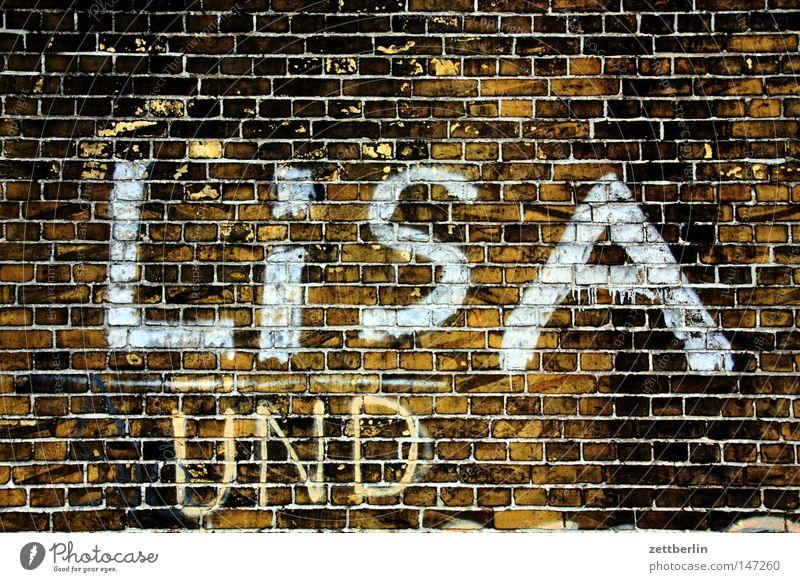 LiSA UND Haus Wand Graffiti Mauer Fassade Schriftzeichen Baustelle Buchstaben Bauwerk schreiben Information Typographie Wort Hinterhof Mitteilung Brandmauer
